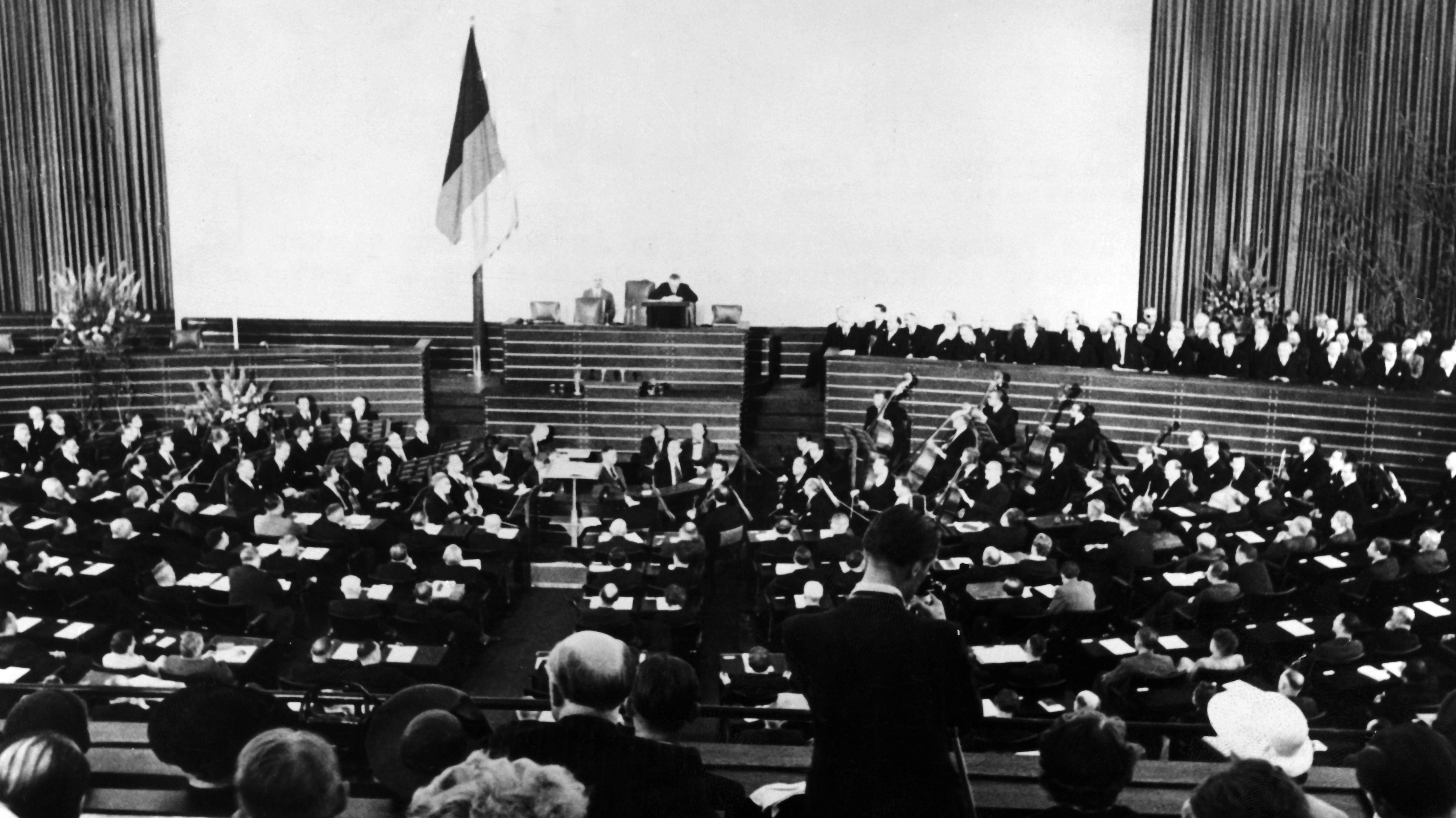Der Deutsche Bundestag bei seiner ersten Sitzung am 7.September 1945