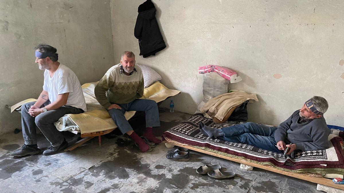 Xhevdet Pashaj, Konstandin Gjordeni und Ilir Çullhaj im zerfallenden Gefängnisgebäude in Qafë Barit.