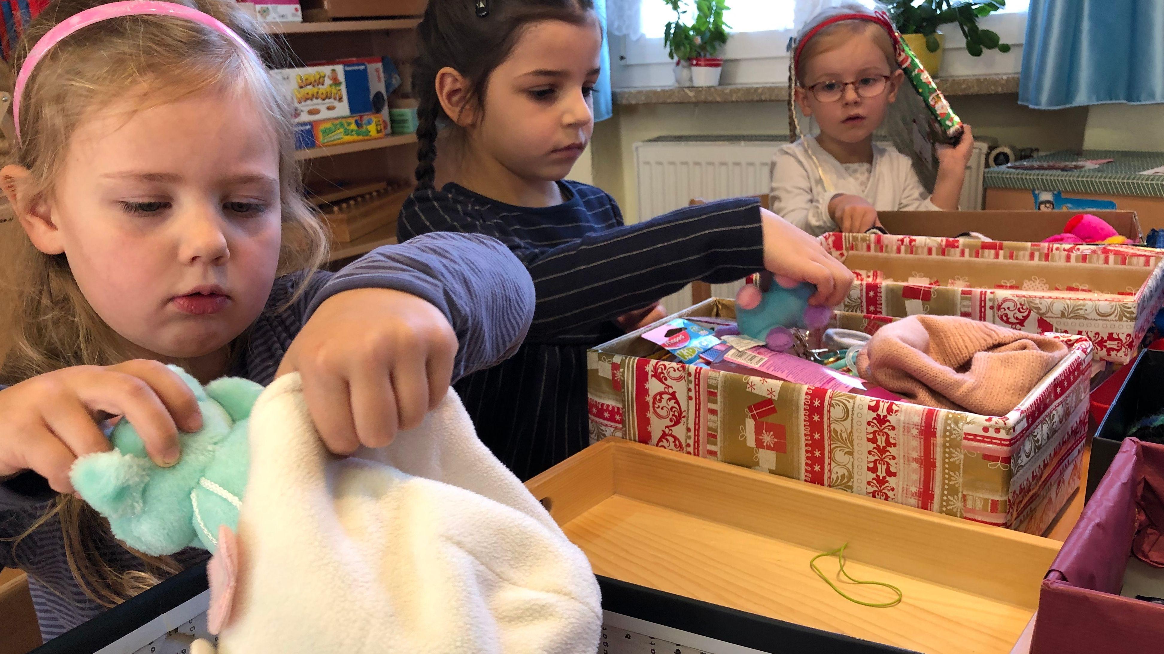Kinder packen für bedürftige Kinder Päckchen