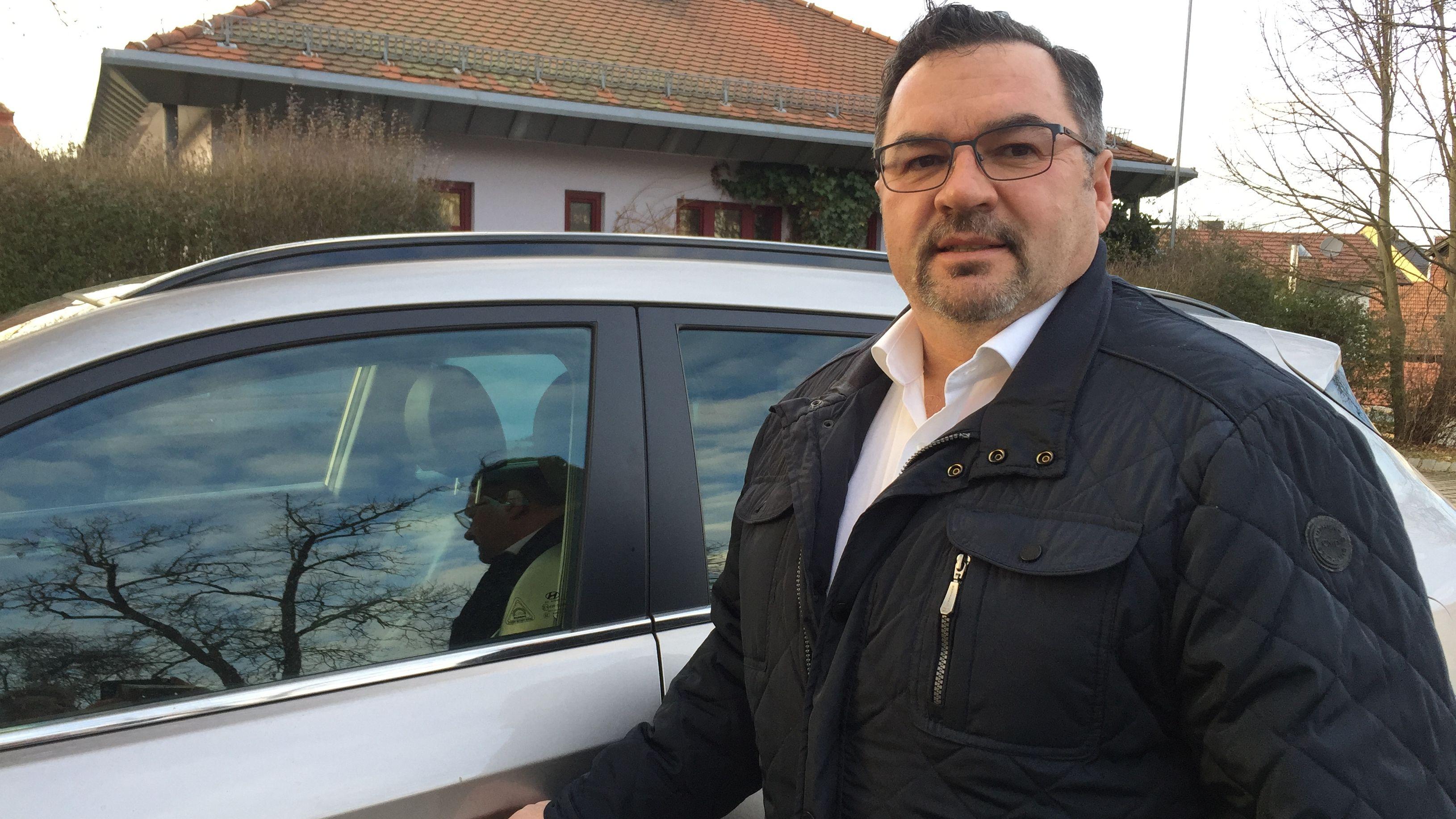Mehrmals lockerte ein Unbekannter am Auto von Werner Troiber, Bürgermeister von Ruhmannsfelden (Lkr. Regen) Radschrauben.