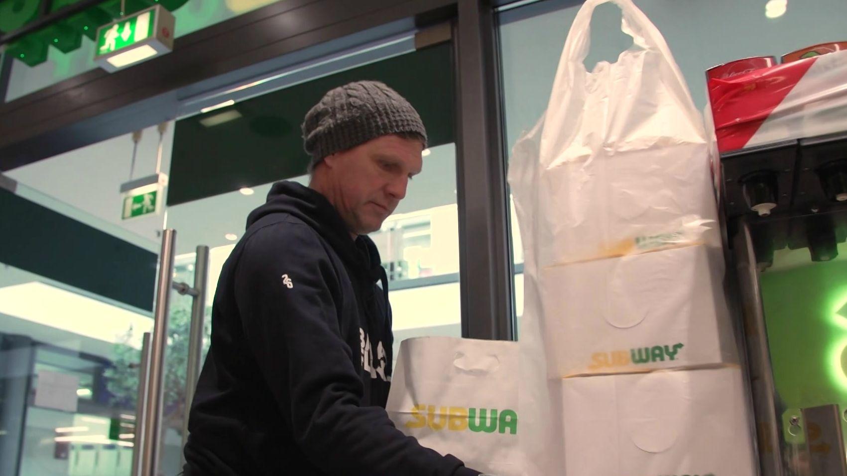 Martin Driller beim Transport der Essenspakete
