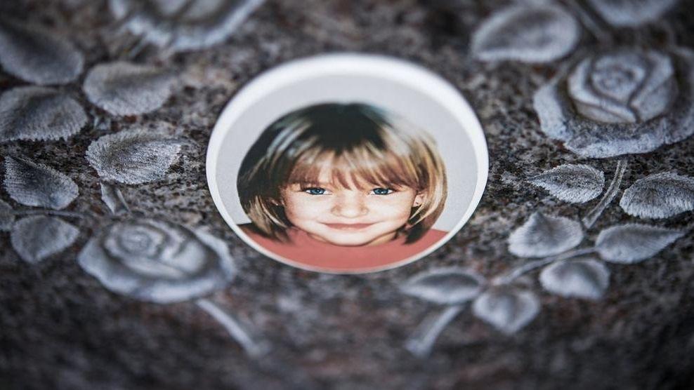 Grabstein von Peggy Knobloch mit einem Foto der damals Neunjährigen