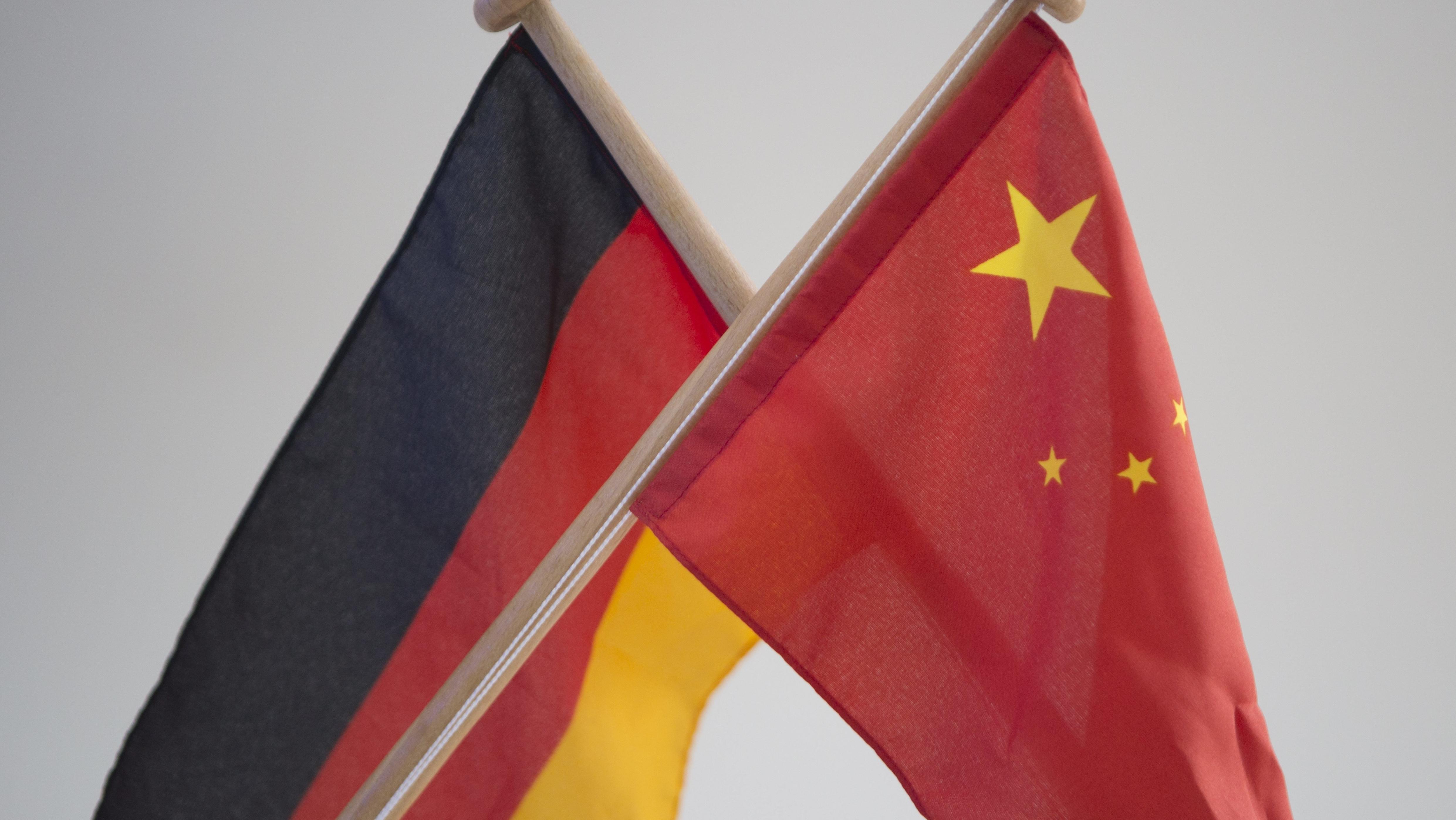 Flaggen von China und der Bundesrepublik Deutschland