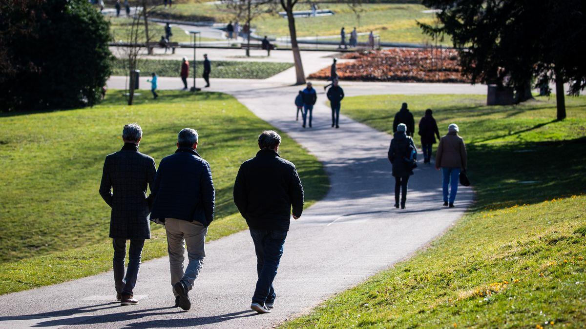 Spaziergänger in einem Park.