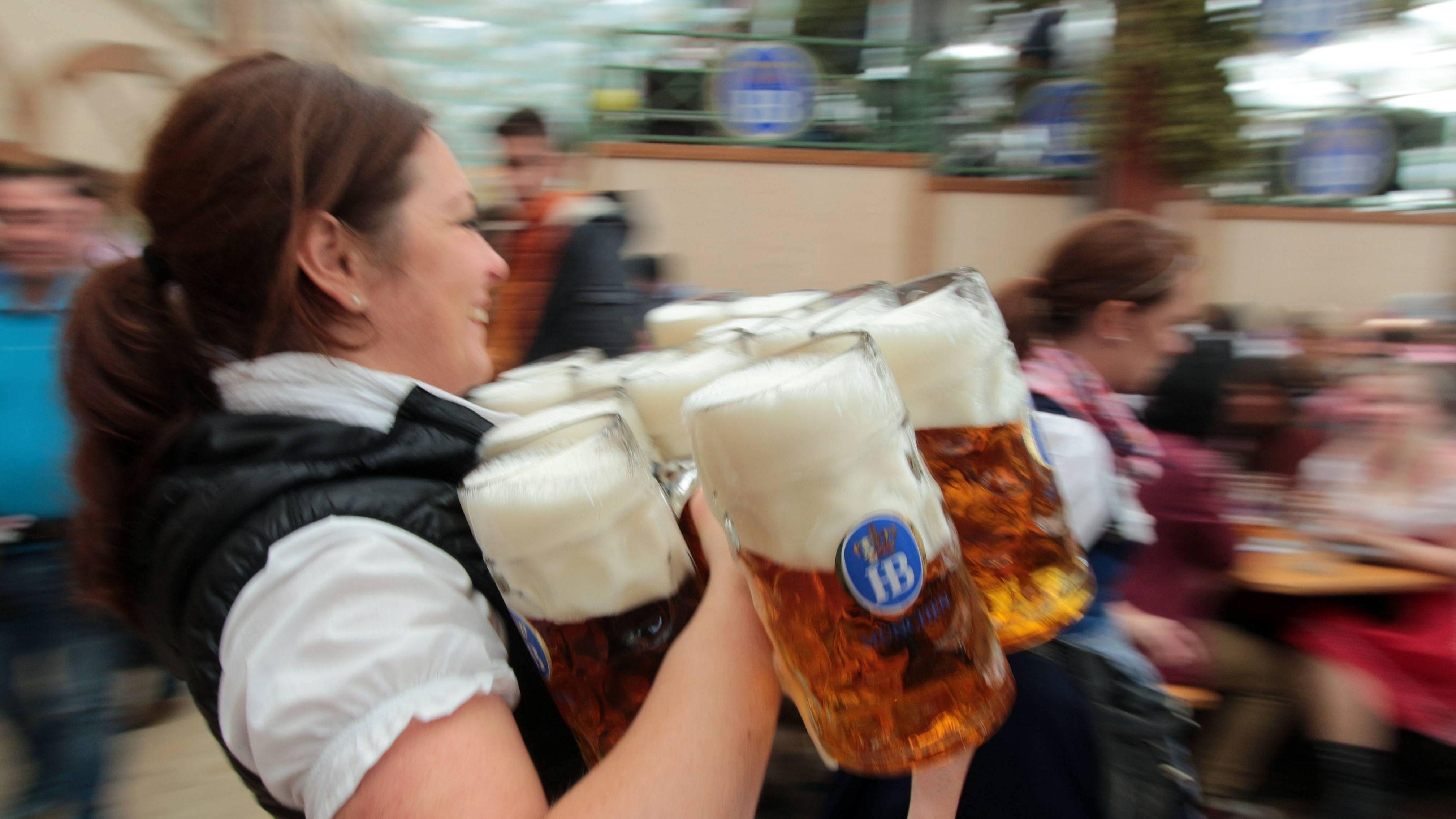 Wiesen-Bedienung, lachend mit Bierkrügen