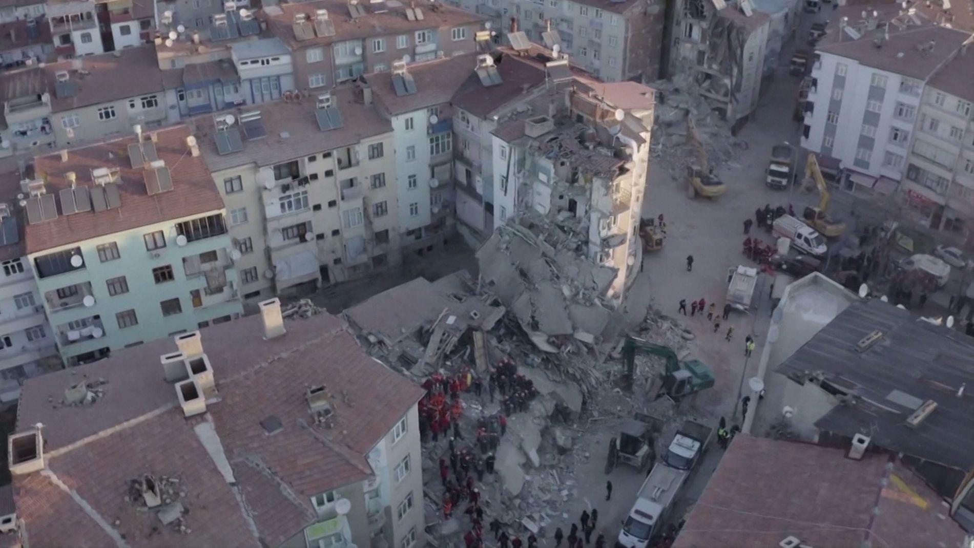 Retter in der Ruine eines eingestürzten Wohnhauses