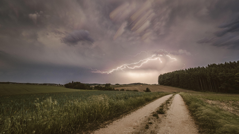 Gewitter über einem Feldweg in Schwaben