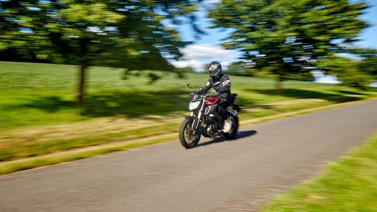 Ein Motorradfahrer fährt mit einer Yamaha mit 125ccm über eine Landstraße im Westerwald.