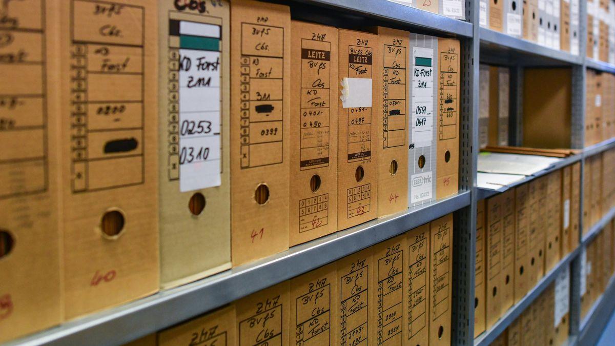 Akten stehen in einem Magazinraum in der Stasi-Unterlagenbehörde.