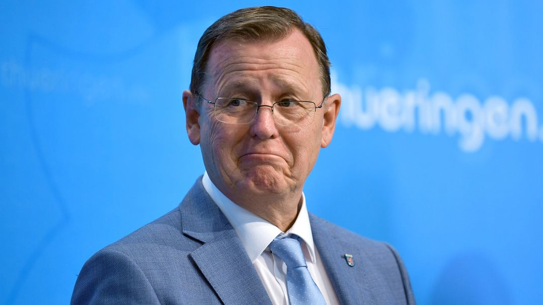 Bodo Ramelow (Die Linke), Ministerpräsident von Thüringen, spielt gerne Handy-Spiele während Bund-Länder-Schalten