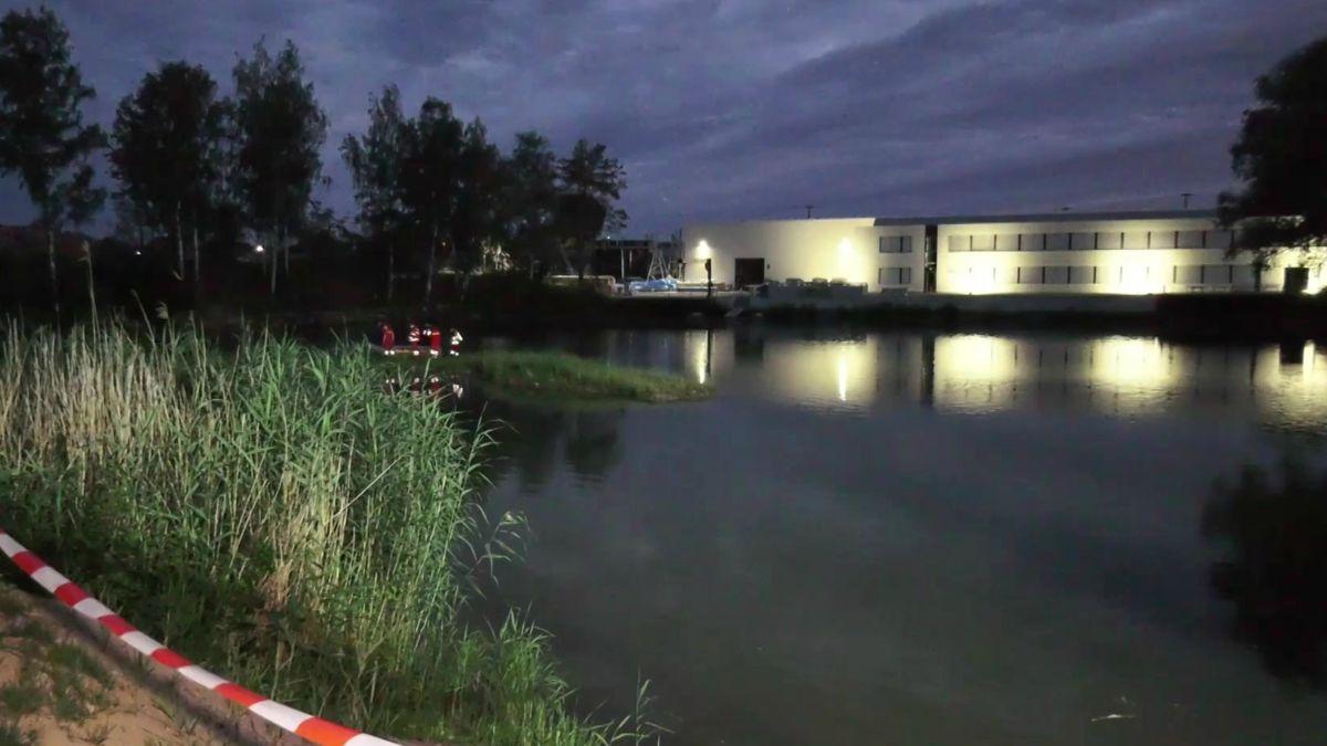Zahlreiche Einsatzkräfte haben am Freitagabend an einem Weiher im Erlanger Ortsteil Eltersdorf nach einem vermissten Kind gesucht.
