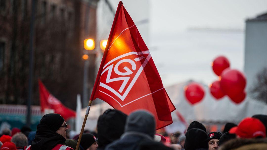 Eine Fahne mit dem Logo der IG-Metall