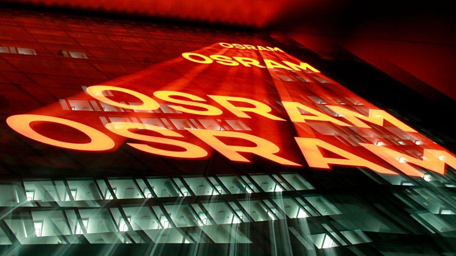 Die Nachtaufnahme mit Zoomeffekt zeigt die Zentrale der Firma Osram