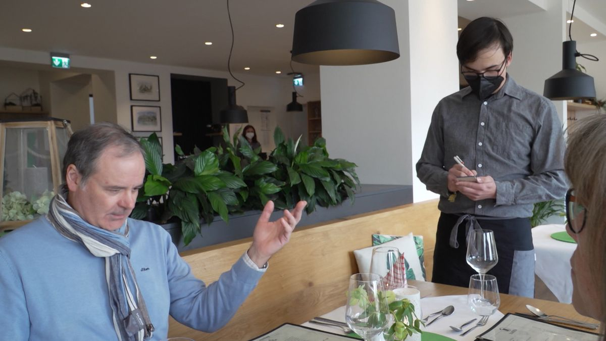 Andreas Kern mimt den angetrunkenen Stammgast - und Azubi Michel lernt dazu.