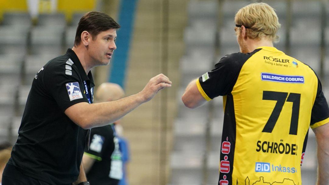 Coburgs Trainer Alois Mraz (links) spricht mit Andreas Schröder.