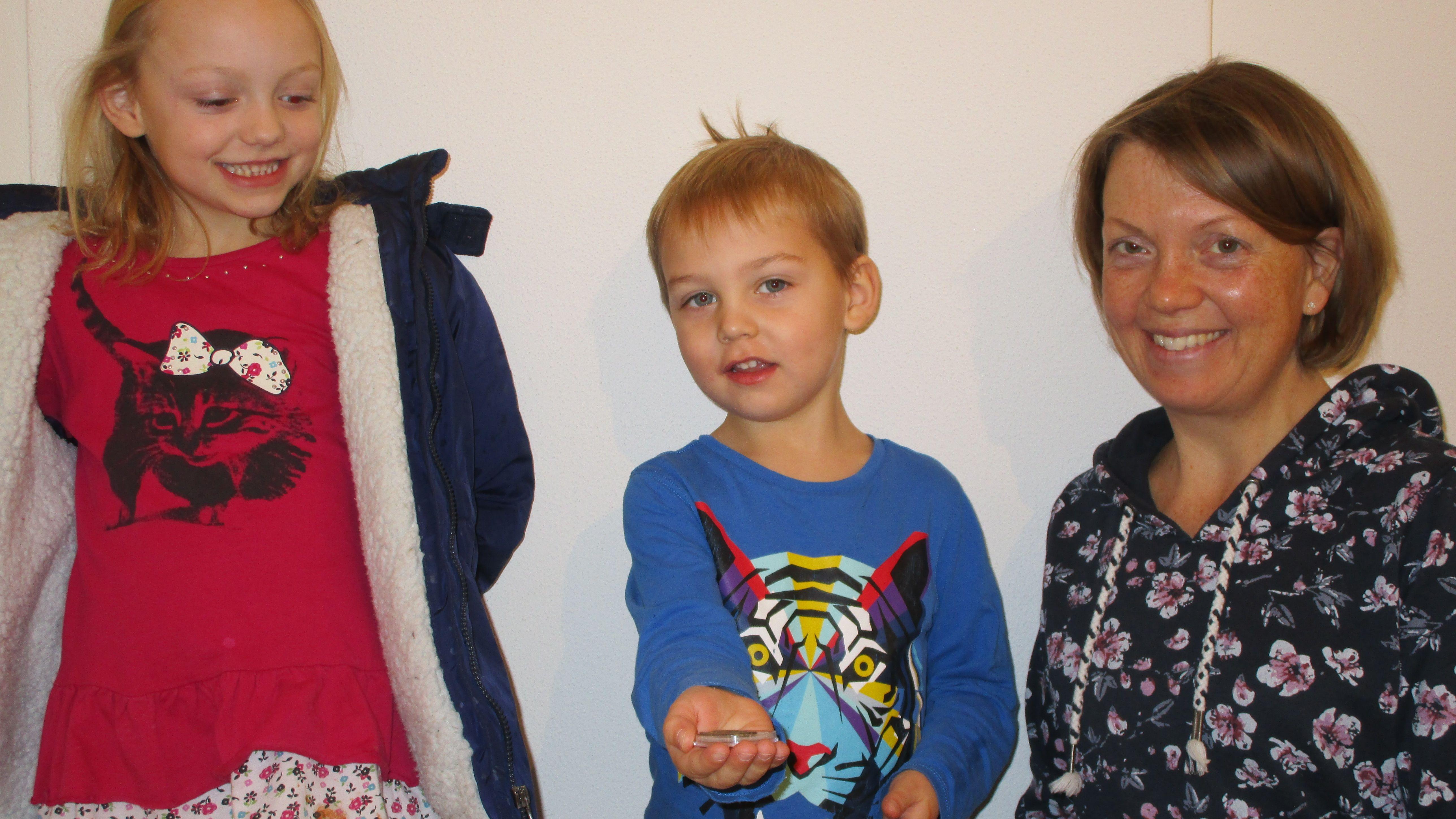 Der Vierjährige mit der byzantinischen Münze, daneben seine Mutter und Schwester.