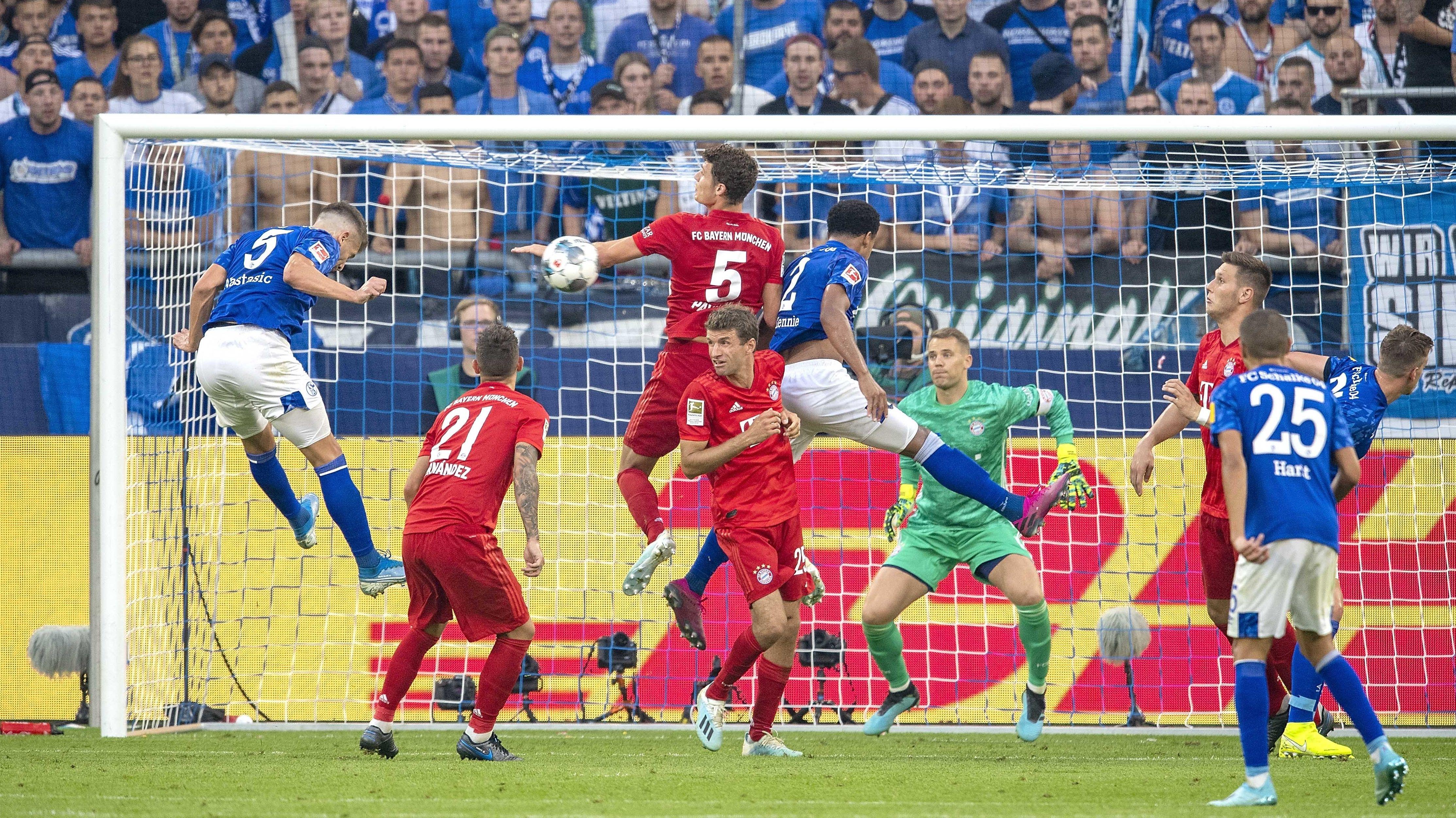 Handspiel oder nicht? Bayerns Pavard (Nummer 5) bekommt einen Kopfball an den linken Arm