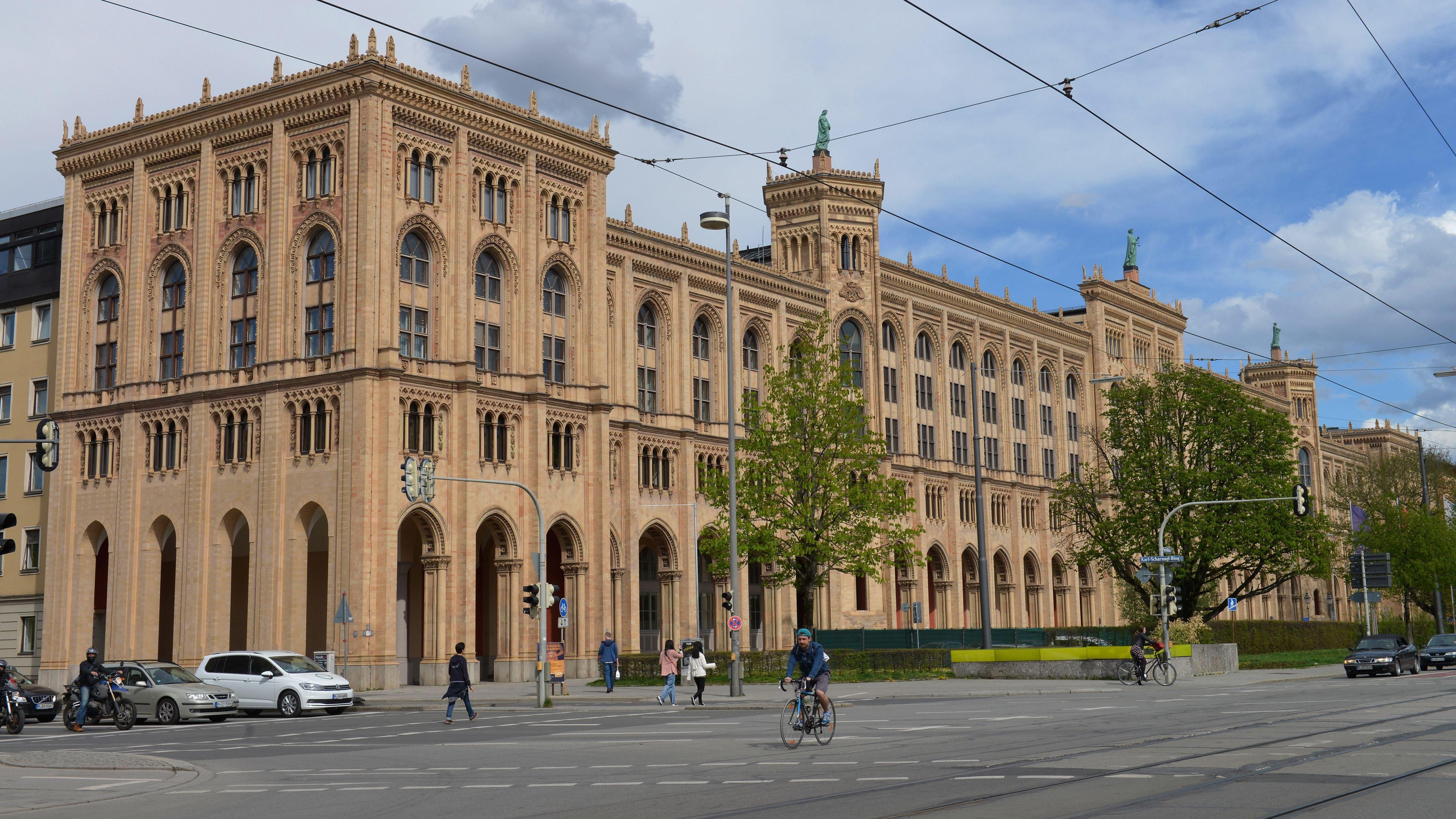 Gebäude der Regierung von Oberbayern an der Maximilianstraße in München.