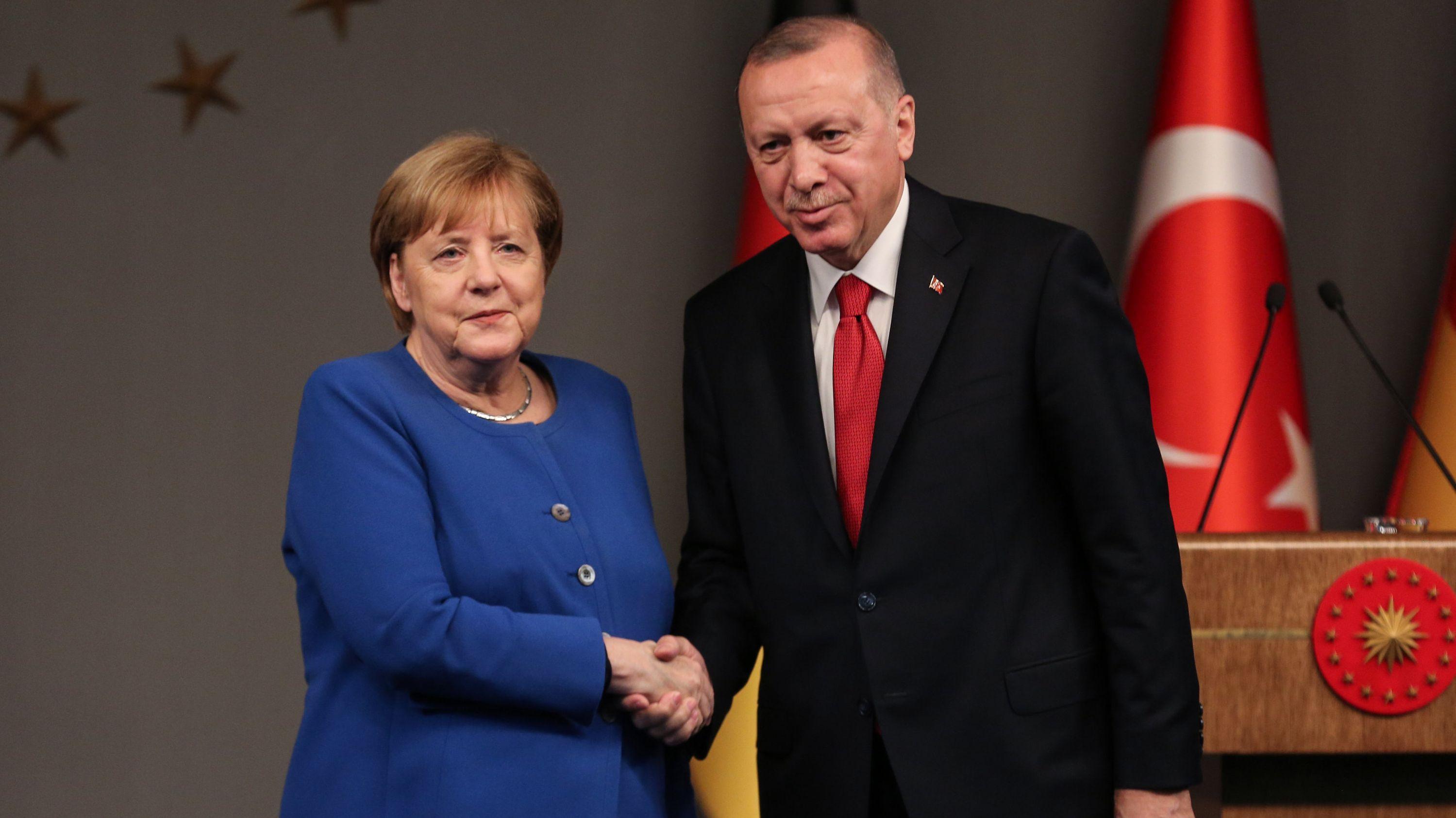 Türkei, Istanbul: Der türkische Präsident Recep Tayyip Erdogan und Bundeskanzlerin Angela Merkel schütteln sich nach einer gemeinsamen Pressekonferenz die Hand.