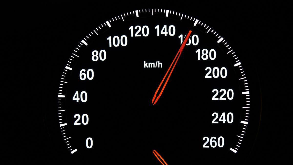 Ein Tacho, der 160 km/h anzeigt.