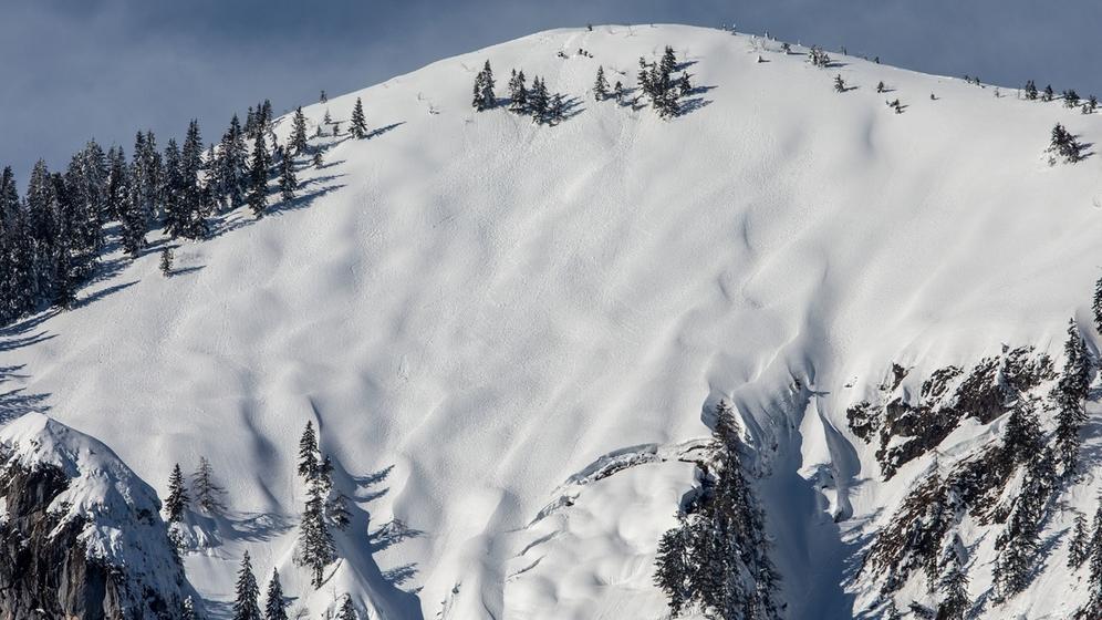 Risse im Schnee am Steilhang: Das Dorf Raiten muss vorerst mit der Bedrohung leben   Bild:dpa-Bildfunk/Christoph Reichwein