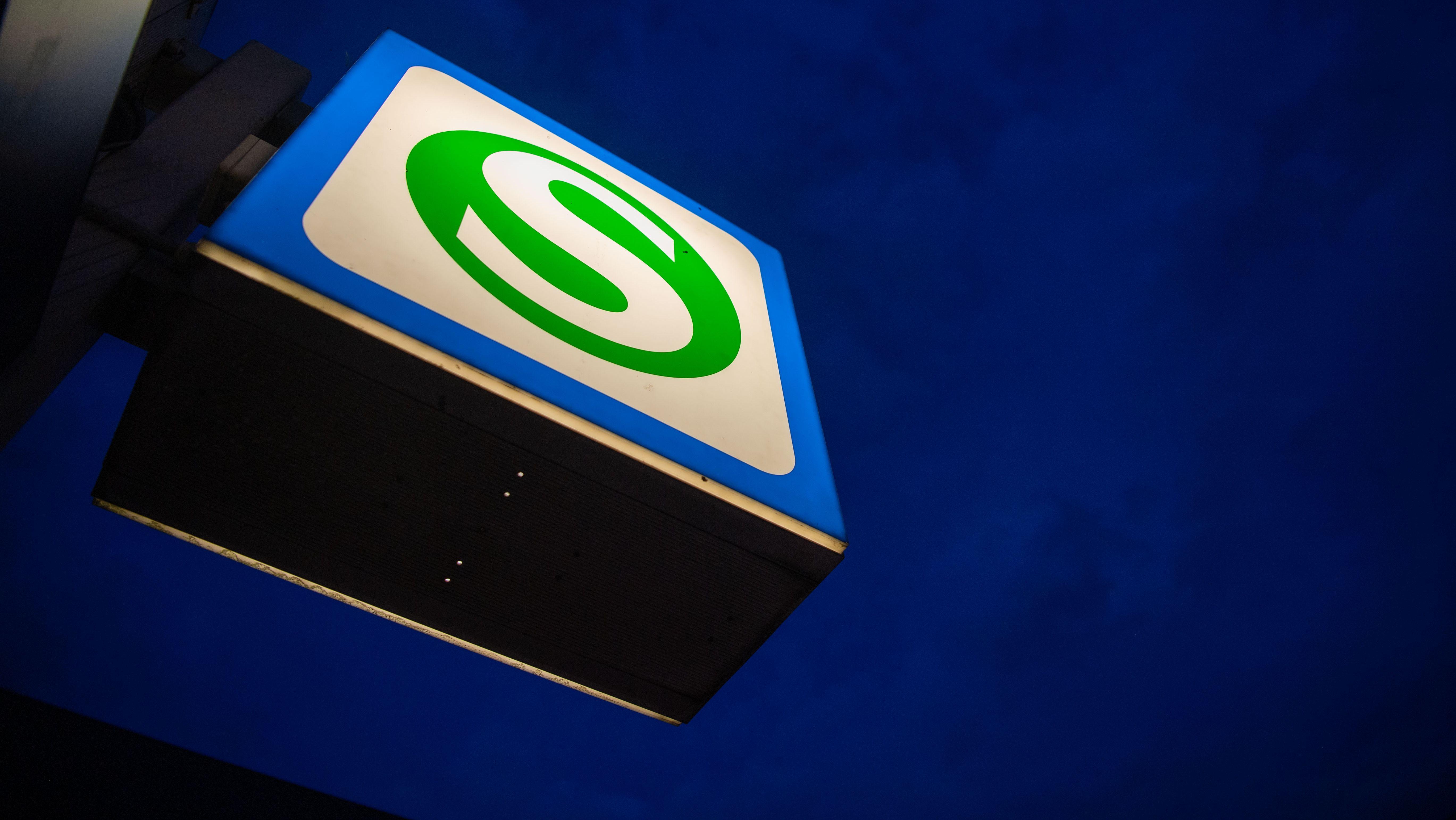 Beleuchtetes S-Bahn-Zeichen der Münchner S-Bahn