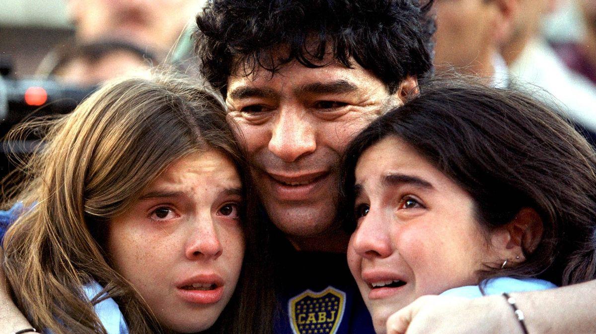 Diego Maradona bei seinem Abschiedsspiel 2011 mit seinen Töchtern Dalma und Giannina