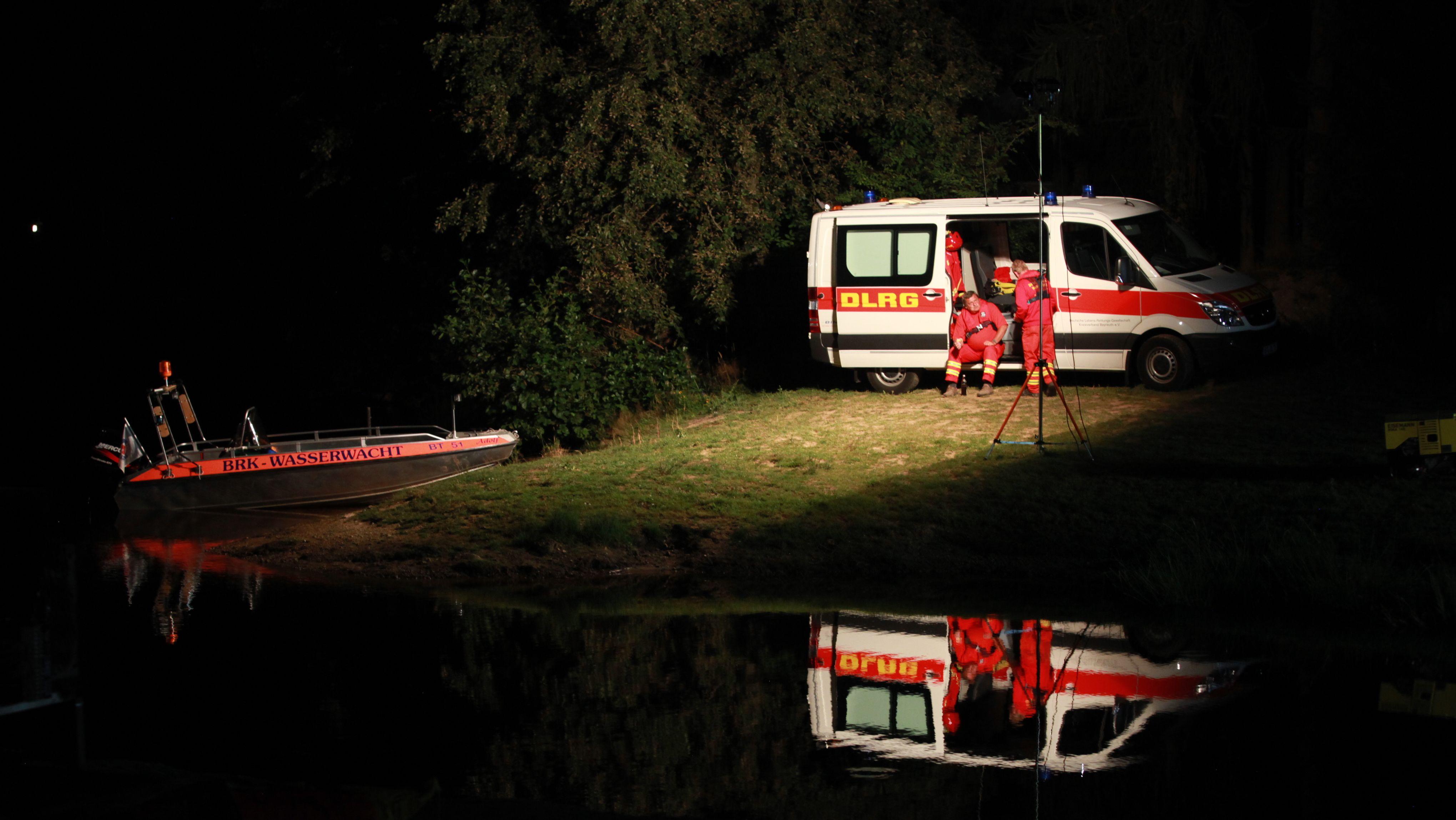 Dutzende Einsatzkräfte suchen nach Schwimmer im Fichtelsee