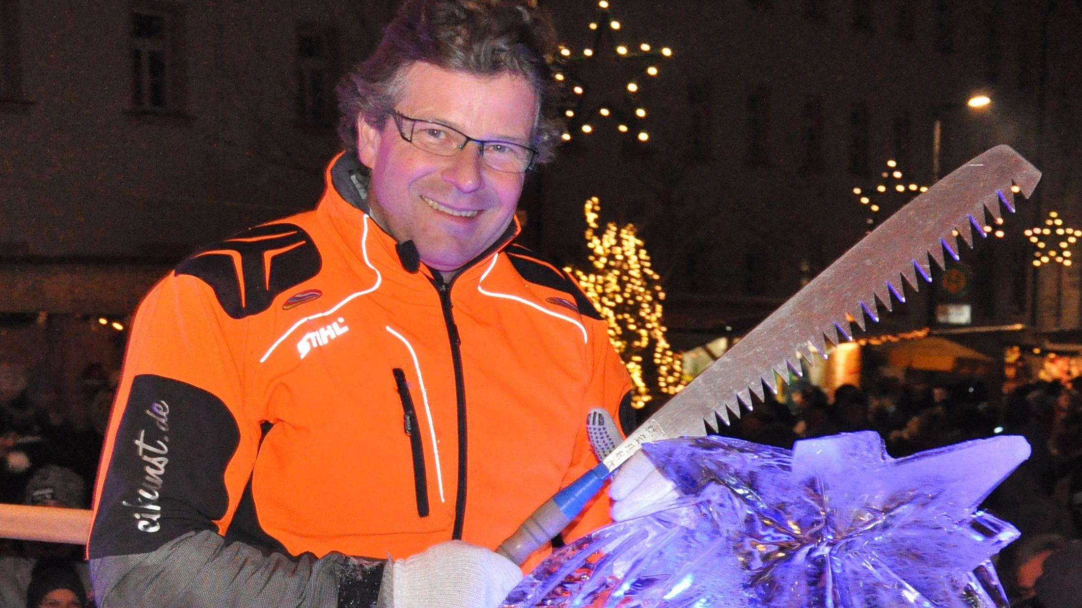 Christian Staber, Europameister im Eisskulpturenschnitzen, schnitzt mit einer Motorsäge Skulpturen aus einem Eisblock