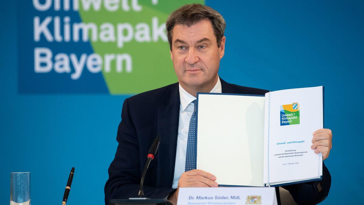 Markus Söder (CSU), Ministerpräsident von Bayern, zeigt den unterzeichneten Umwelt- und Klimapakt von Bayern.