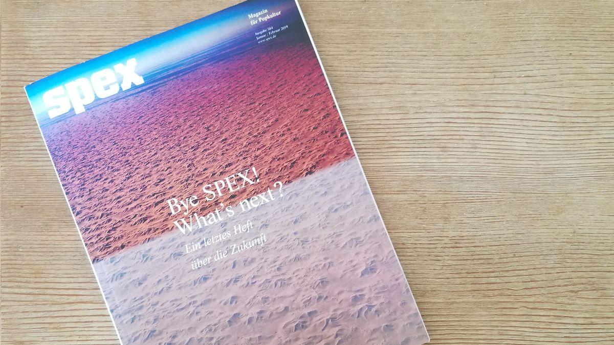 Ein zweigeteiltes Cover, das unten eine rosa Struktur hat, oben rot.Die letzte Ausgabe der SPEX