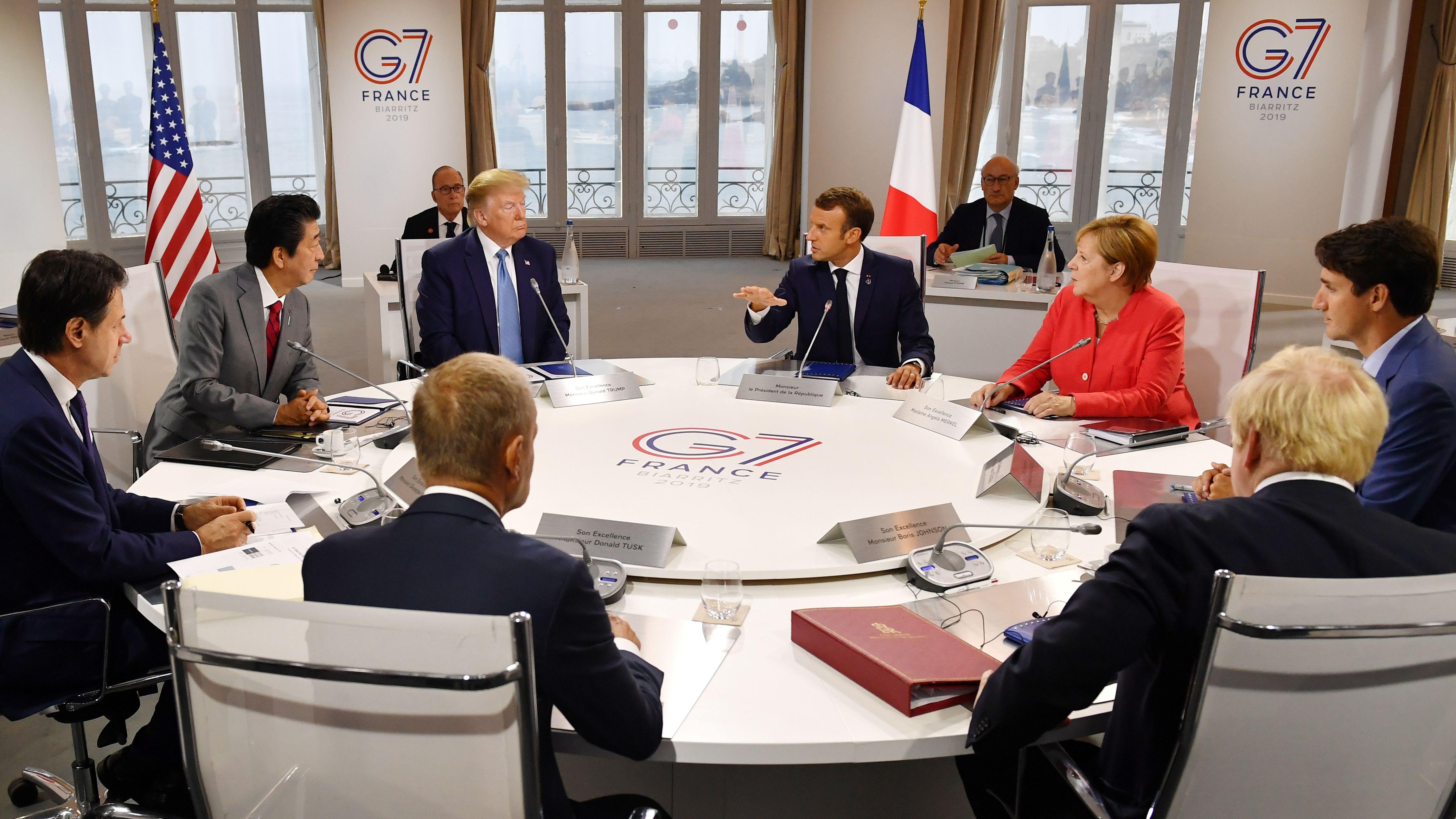 Teilnehmer des G7-Gipfel am Konferenztisch