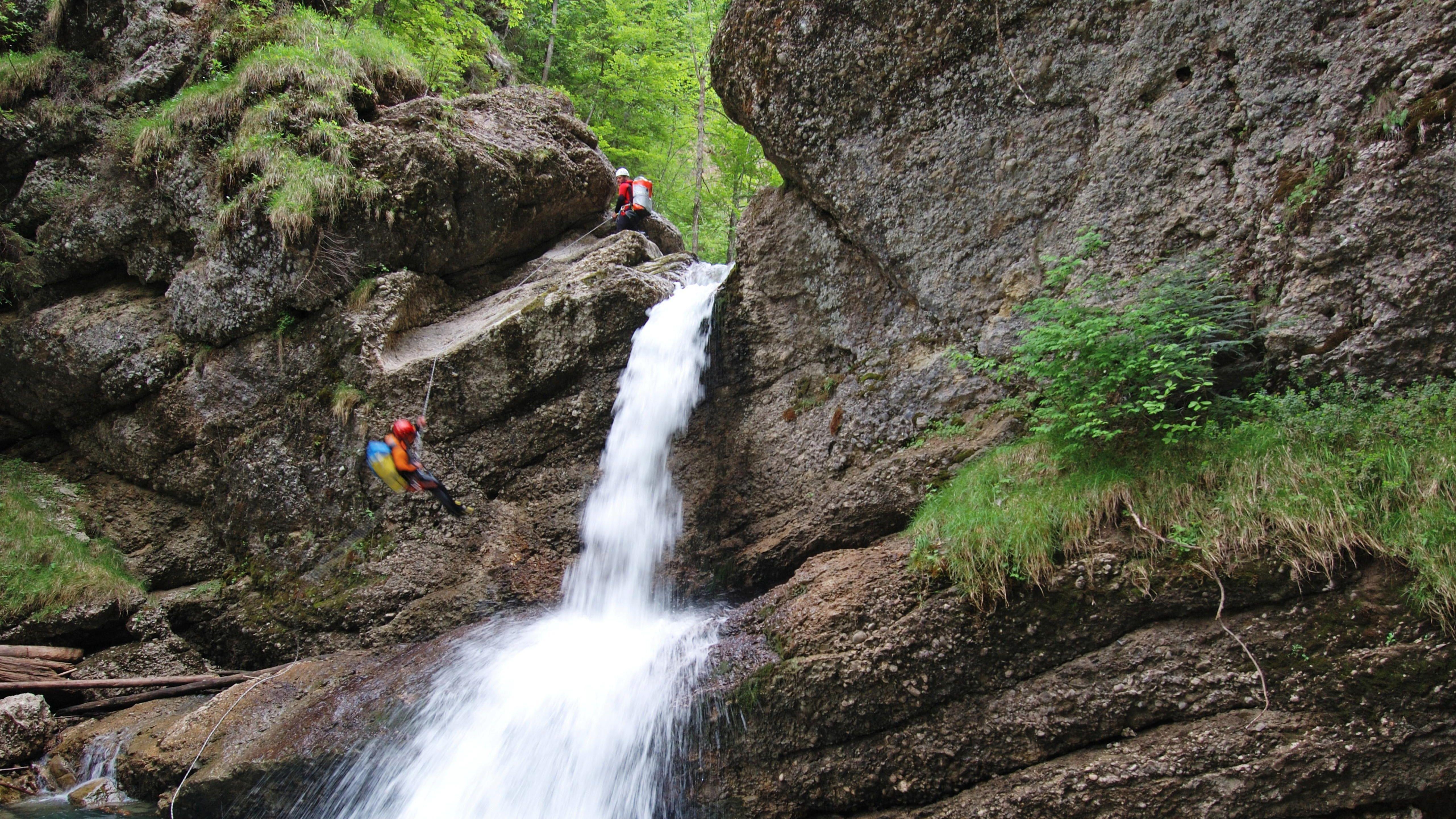 Beim Canyoning seilen sich Sportler entlang von Bach- und Flussläufen ab (Symbolbild).