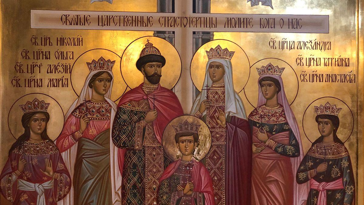 Der Innenraum der Auferstehungskirche mit Gemälden.