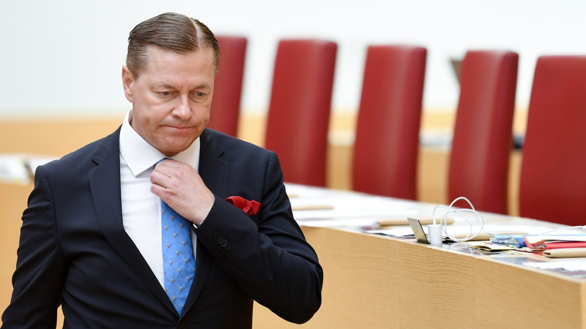 Ralph Müller, Abgeordneter der AfD, geht bei der Plenarsitzung im Bayerischen Landtag durch den Plenarsaal und fasst an seine Krawatte. (Archivbild)
