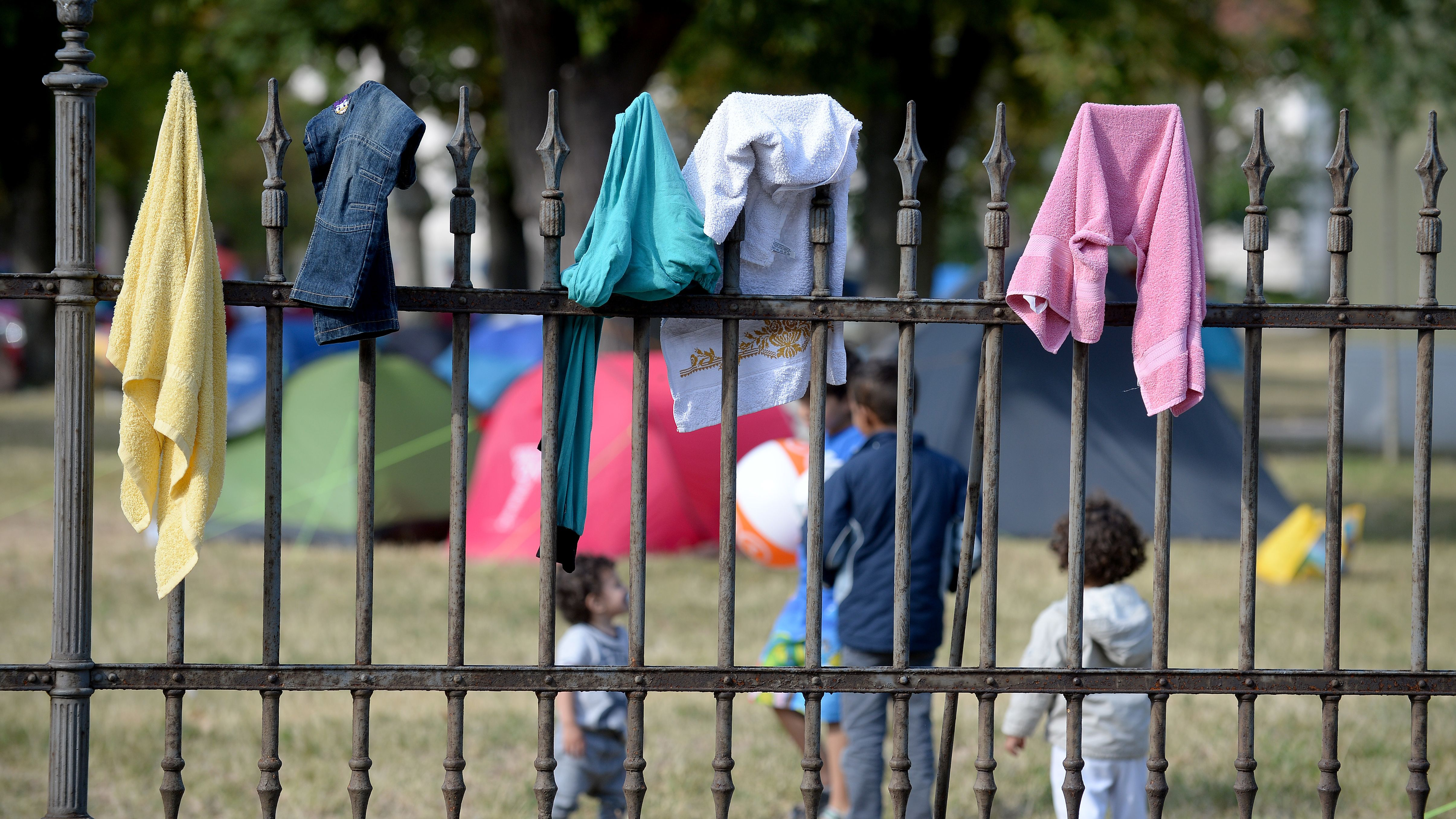 Flüchtlinge am Zaun der Erstaufnahmestelle Ost im niederösterreichischen Traiskirchen