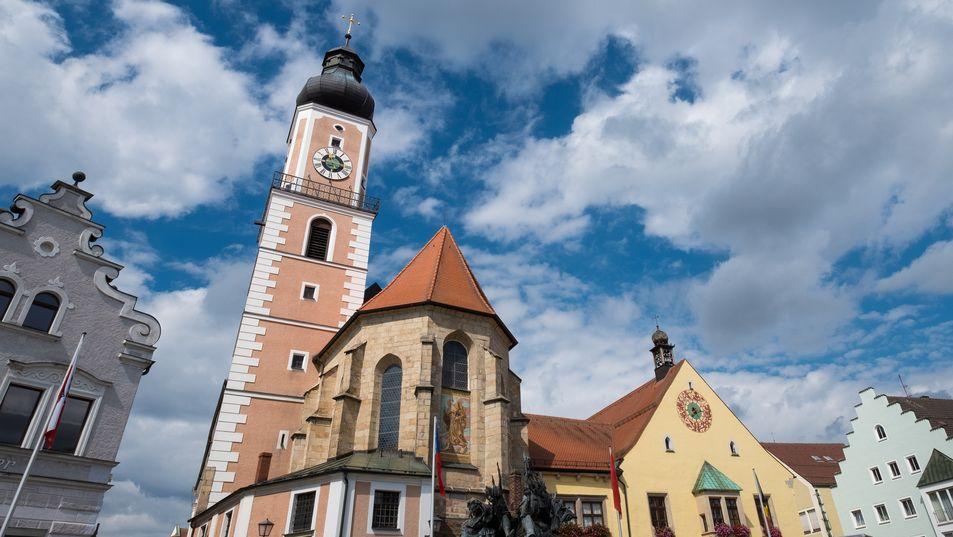 Cham: Fassade des Rathauses und die Kirche St. Jakob