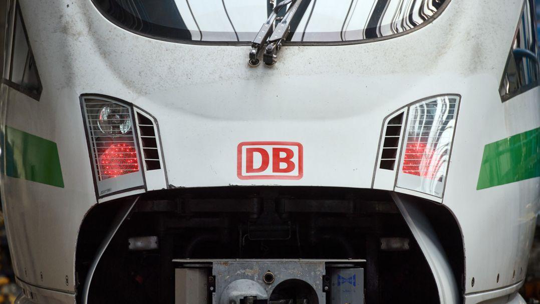 Das Logo der Bahn ist auf der Front eines ICE im DB-Fernverkehrswerk zu sehen.