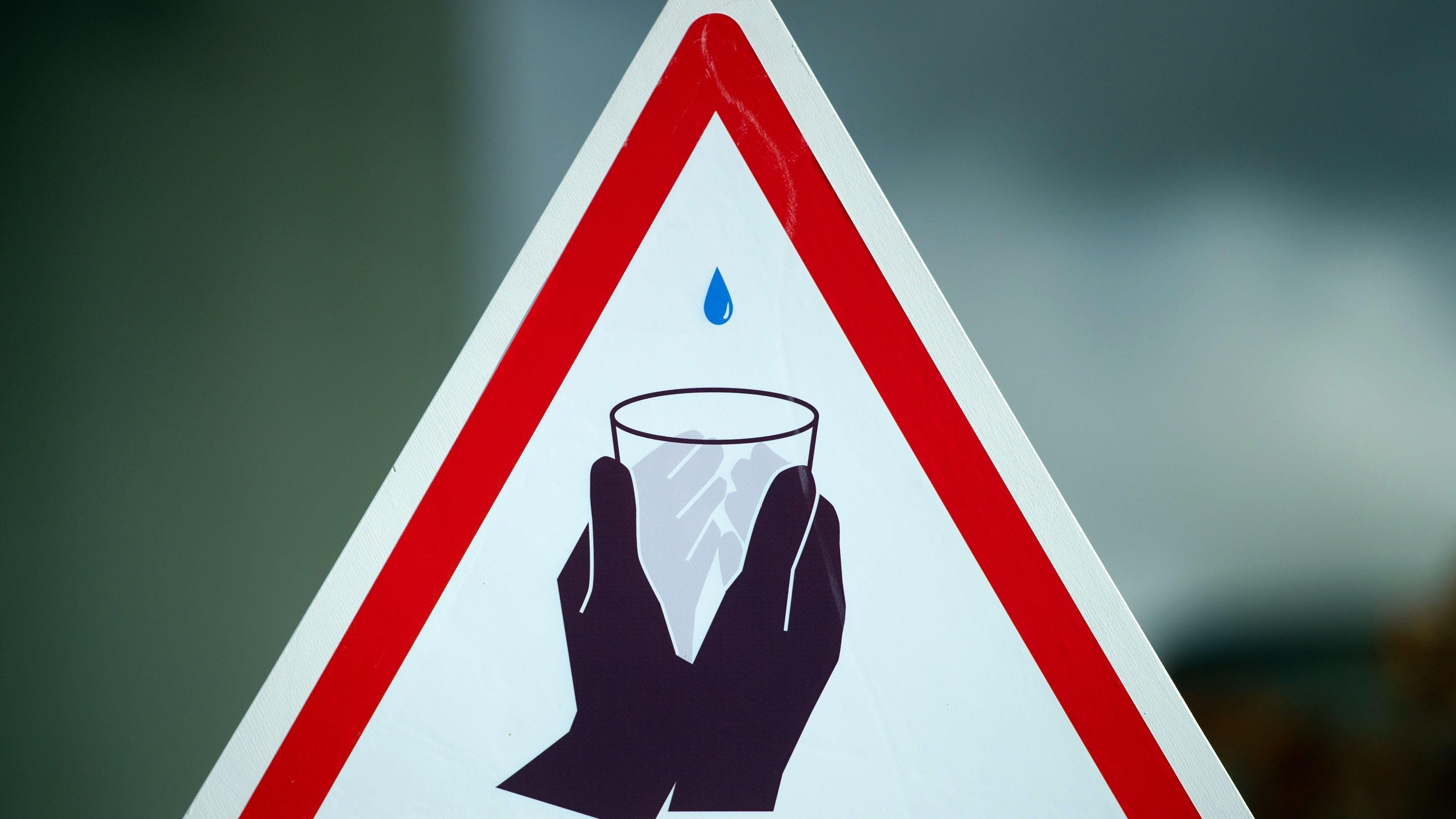Ein Schild zur Wasserknappheit (Symbolbild)