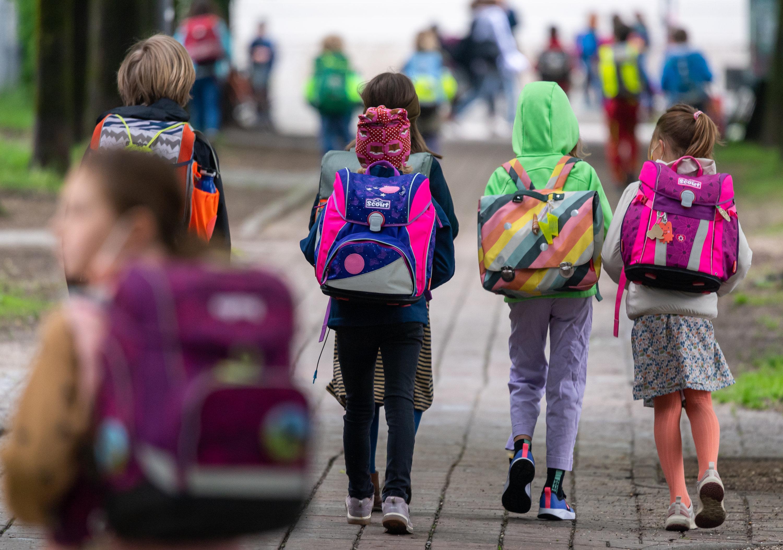 Archivbild: Schulkinder gehen wieder in die Schule.