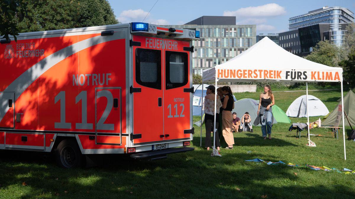 Ein Krankenwagen steht im Camp der Klimaaktivisten in Berlin. Dort befinden sich seit Tagen Aktivisten in einem Hungerstreik.
