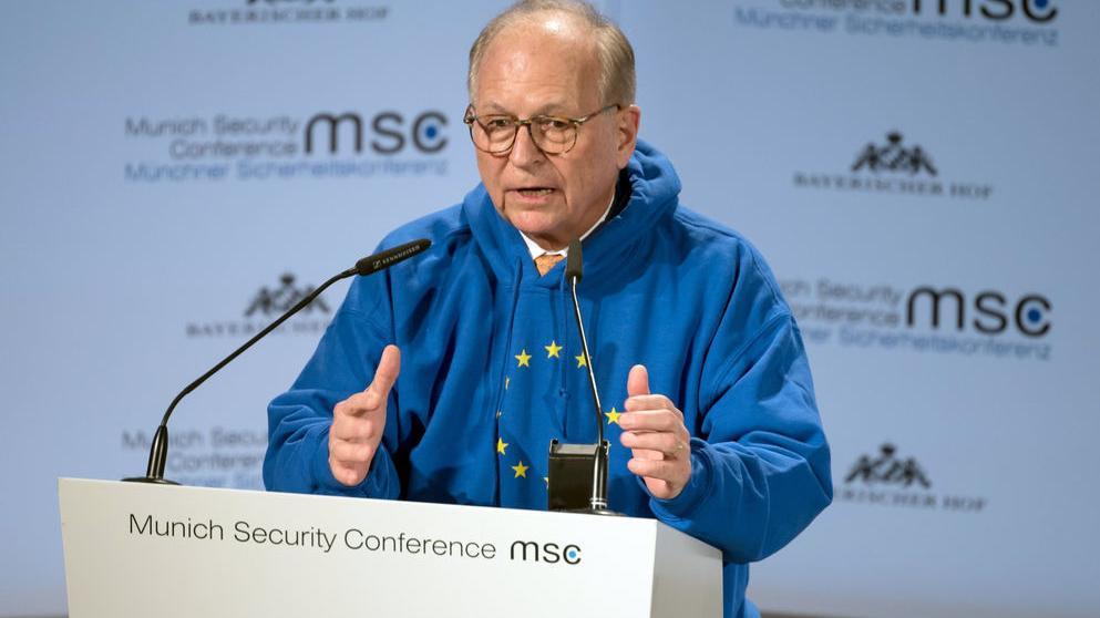 Wolfgang Ischinger, Vorsitzender der Münchner Sicherheitskonferenz, spricht am ersten Tag der 55. Münchner Sicherheitskonferenz und trägt einen blauen Kaputzenpullover, auf dem die Sterne der Europaflagge  abgebildet sind. Zahlreiche Staats-, Regierungschefs und Minister werden beim weltweit wichtigsten Expertentreffen zum Thema Sicherheitspolitik erwartet.