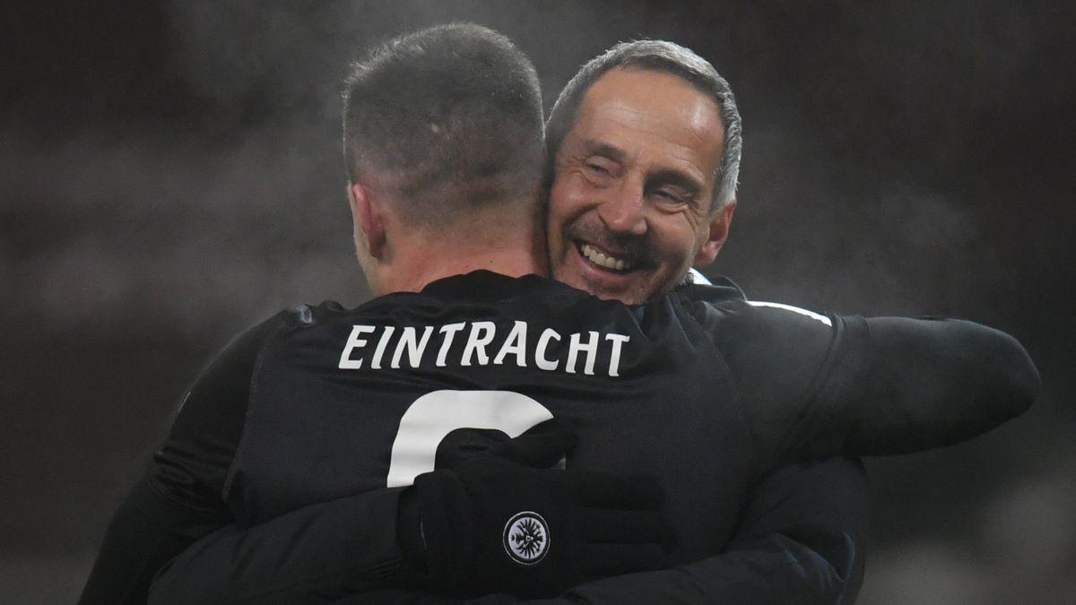Eintracht-Trainer Adi Hütter umarmt Luka Jovic