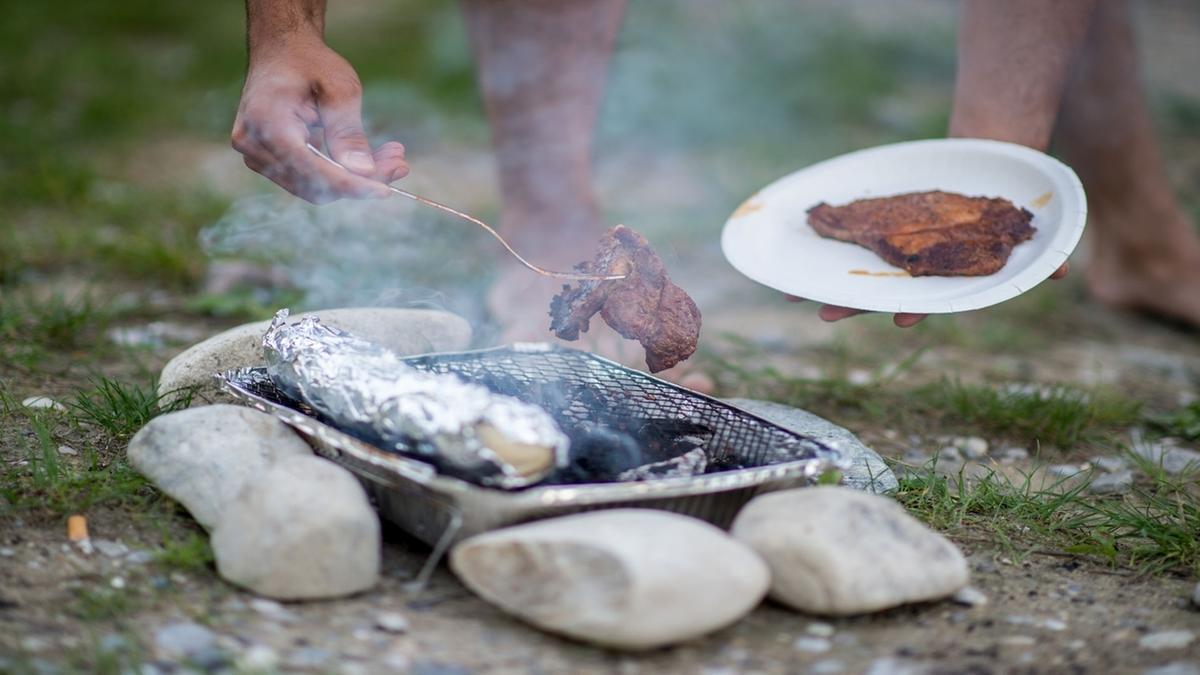 Auf einem Grill wird Fleisch gegrillt. Warum schmeckt Grillfleisch eigentlich so gut? Es liegt an der Maillard-Reaktion.
