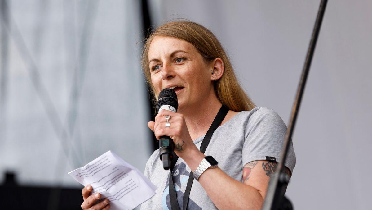 Die Aktivistin und Autorin Pia Klemp im Jahr 2019 als Rednerin auf einer Demonstration