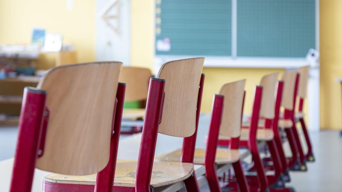 Ein leeres Klassenzimmer mit hochgestellten Stühlen. (Symbolbild).