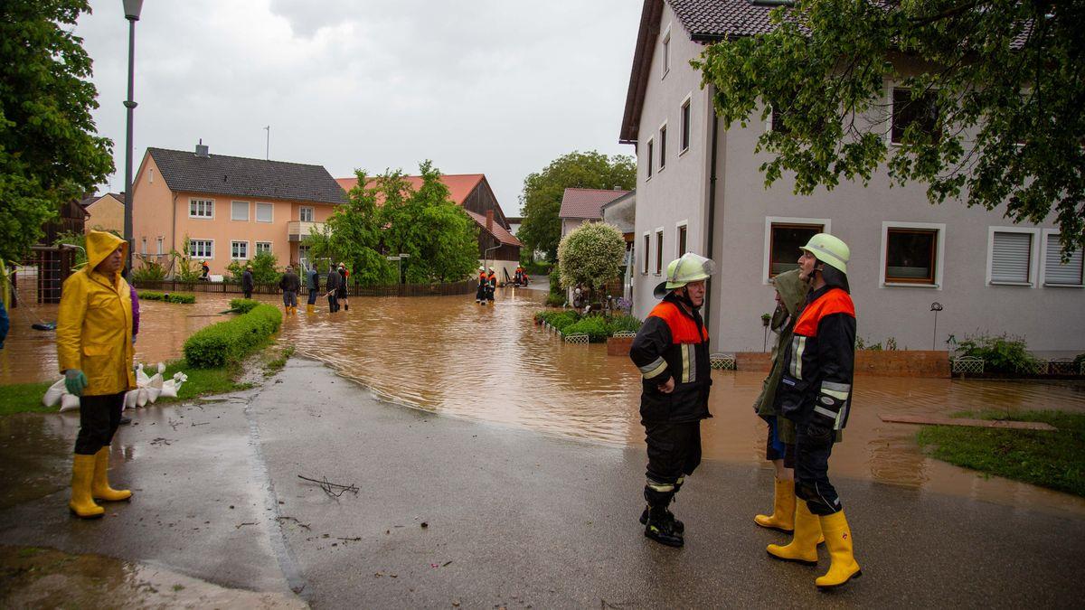 Die Feuerwehr in Hainsberg im Einsatz - Nach heftigen Starkregenfällen stand dort das Wasser teilweise hüfthoch in den Straßen