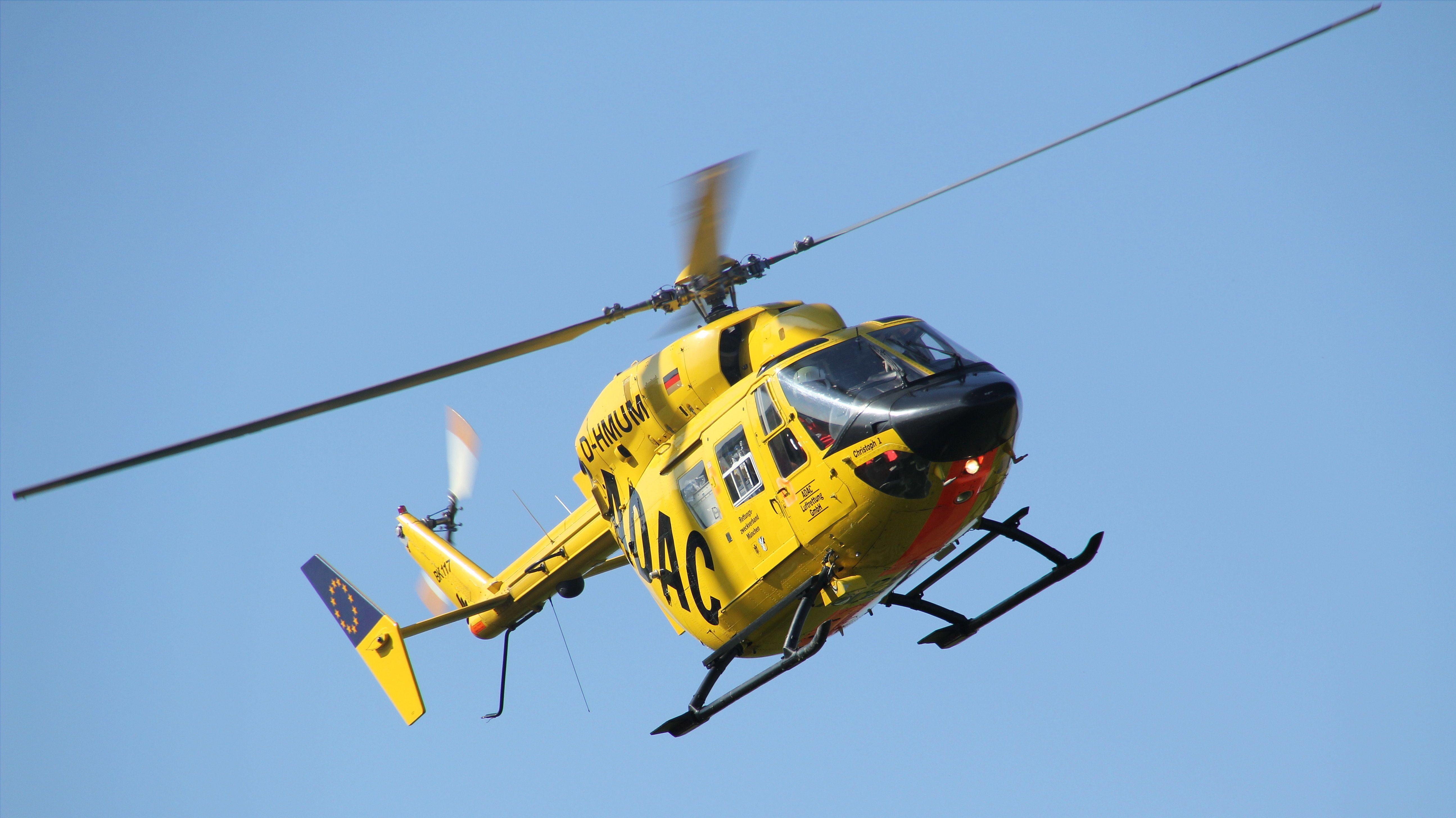 Ein ADAC Hubschrauber in der Luft.