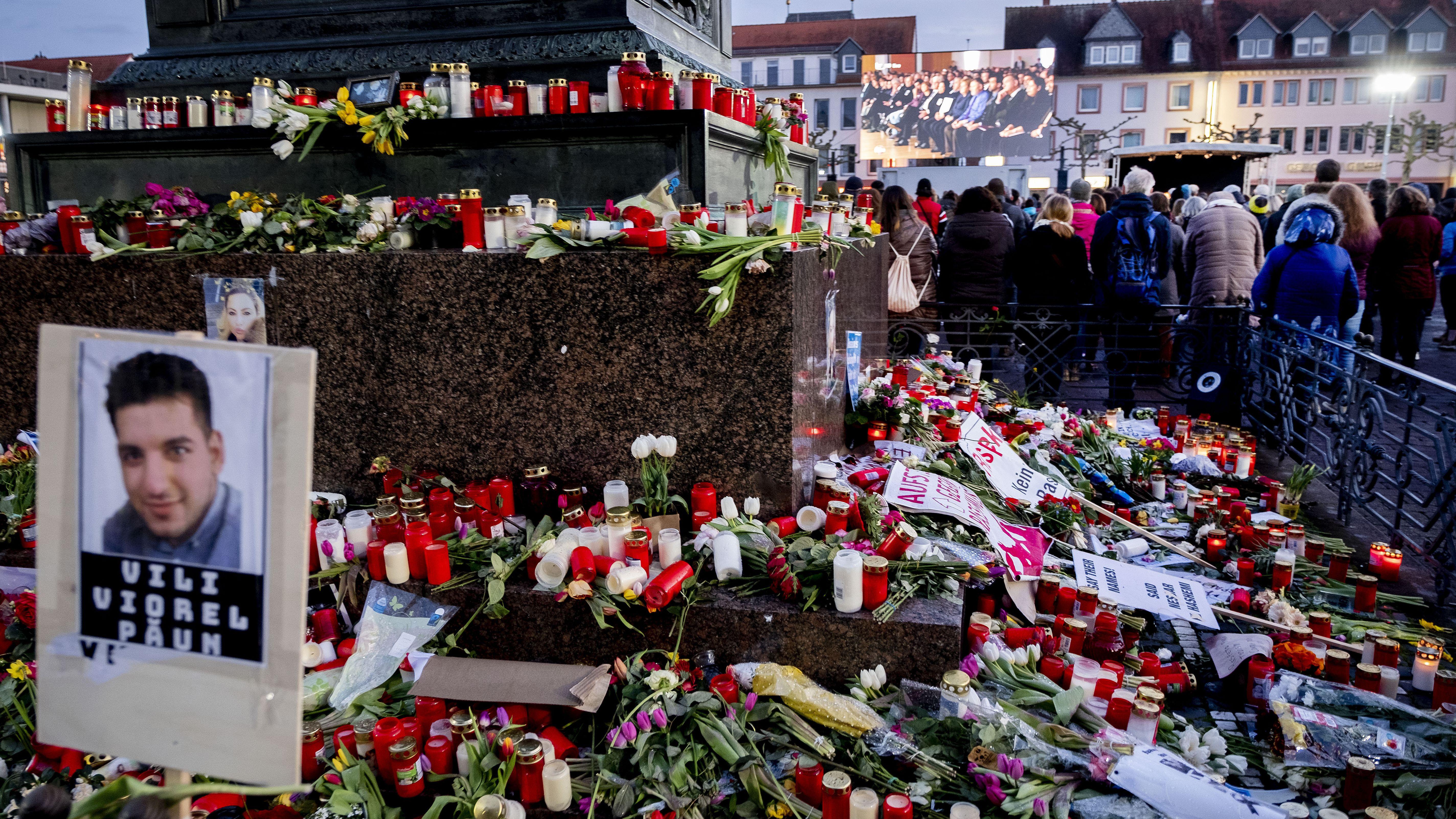 Blumen und Kerzen an einem Denkmal nach dem Amoklauf in Hanau