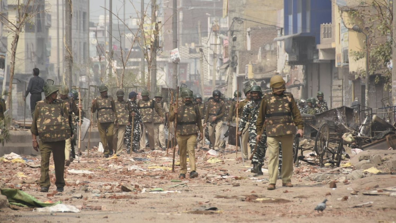 Soldaten patrouillieren in zerstörter Straße